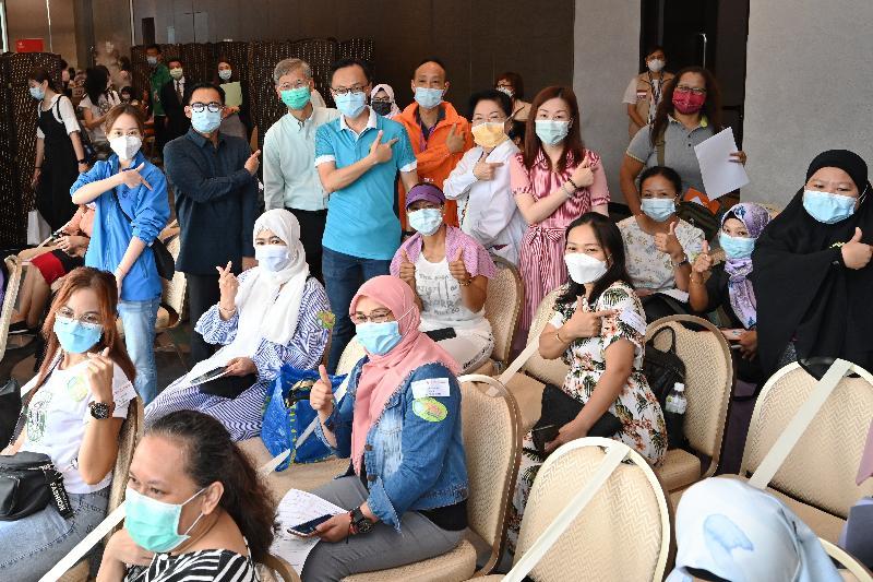 公務員事務局局長聶德權和勞工及福利局局長羅致光博士今日(八月一日)視察政府外展疫苗接種服務隊於銅鑼灣一間酒店為居住在香港的印尼人士接種科興疫苗情況。圖示他們與印尼人士,以及負責今日外展疫苗接種服務的醫護團隊,一同支持2019冠狀病毒病疫苗接種計劃。