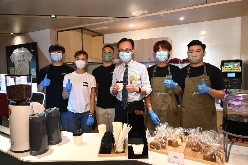 公務員事務局局長聶德權今日(八月三日)視察政府外展疫苗接種服務隊於友邦香港及澳門進行疫苗接種的情況。該公司特別安排一間社會企業為接種疫苗人士提供咖啡。圖示聶德權(右三)為該社會企業的青年打氣。