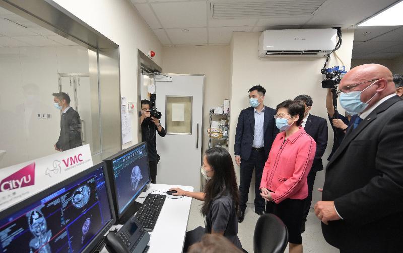 行政長官林鄭月娥今日(八月三日)參觀香港城市大學(城大)位於深水埗的城大動物醫療中心。圖示林鄭月娥(右二)聽取城大動物醫療中心執行董事Duncan Hockley獸醫(右一)介紹中心的診斷設備。