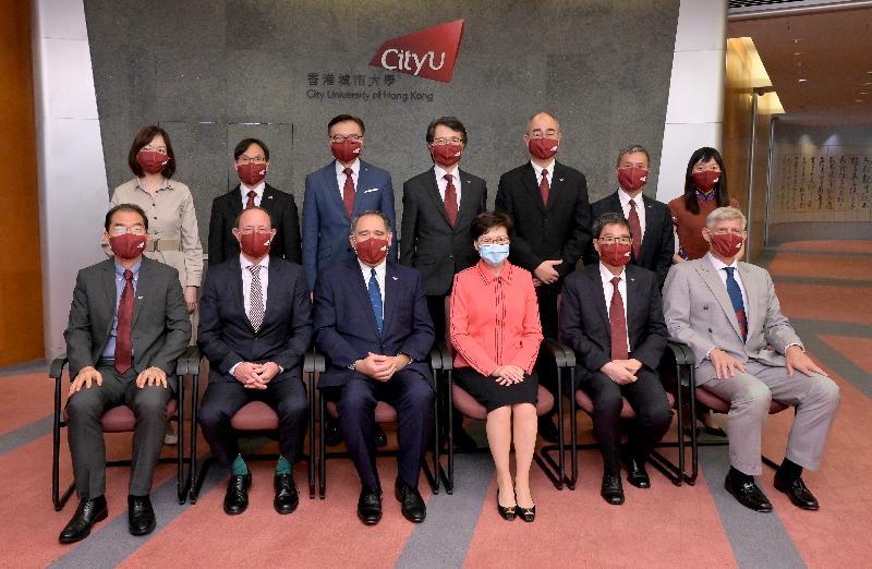 行政長官林鄭月娥今日(八月三日)到訪香港城市大學(城大)。圖示林鄭月娥(前排右三)與城大高層合照。