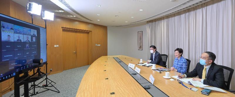 行政長官林鄭月娥(中)今日(八月四日)出席由香港駐新加坡經濟貿易辦事處和投資推廣署合辦的網上研討會。商務及經濟發展局局長邱騰華(左)和財經事務及庫務局局長許正宇(右)亦有出席。