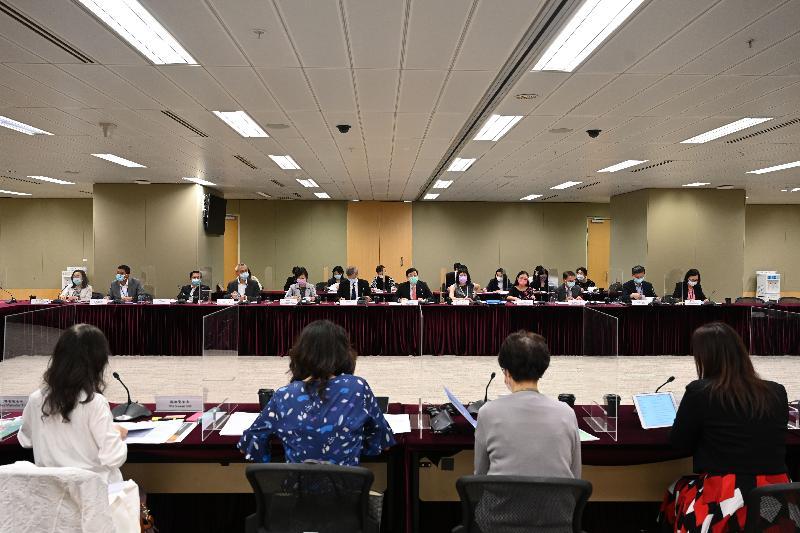 政務司司長李家超(前排左七)今日(八月六日)主持兒童事務委員會第11次會議。