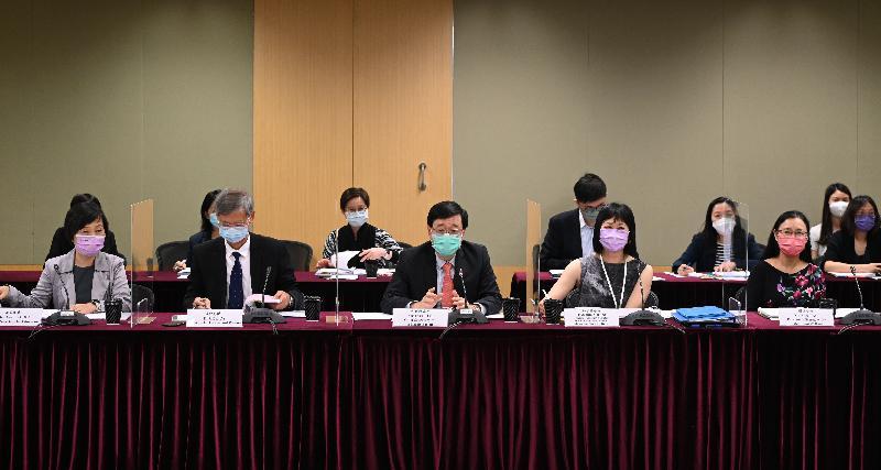 政務司司長李家超(前排中)今日(八月六日)主持兒童事務委員會第11次會議,旁為勞工及福利局局長暨委員會副主席羅致光博士(前排左二)。