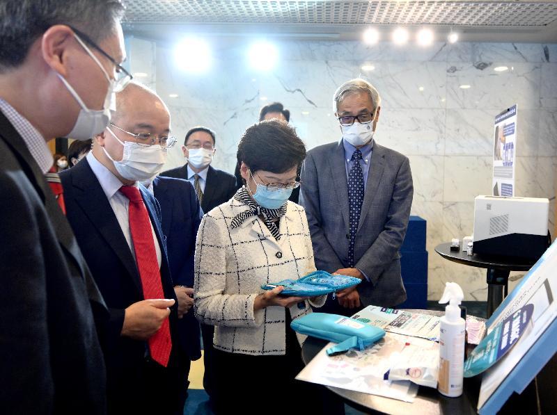行政長官林鄭月娥今日(八月六日)到訪香港科技大學(科大)。圖示林鄭月娥(右二)在校長史維教授(右一)陪同下,聽取科大研究團隊介紹其研發的新型多層次殺菌塗層。