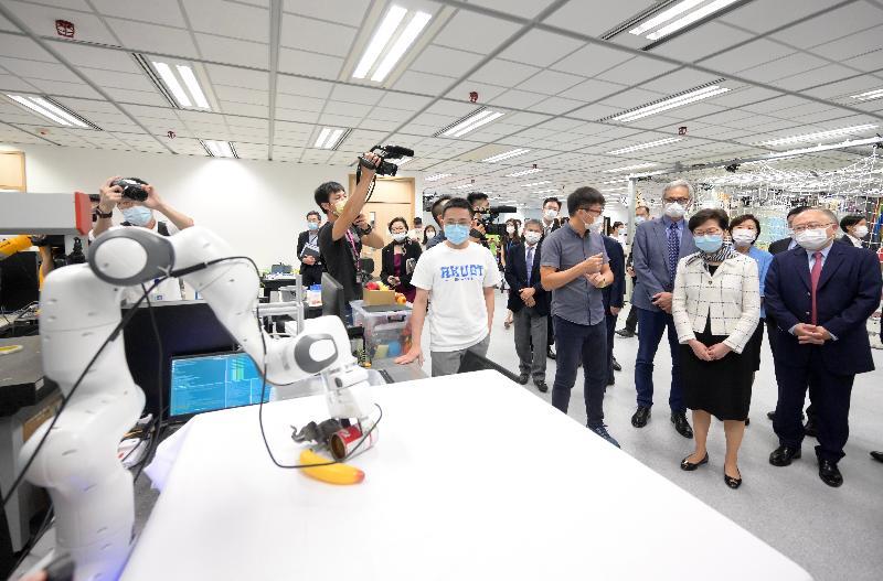行政長官林鄭月娥今日(八月六日)到訪香港科技大學(科大)。圖示林鄭月娥(右三)在科大校董會主席廖長城(右一)和校長史維教授(右四)陪同下,參觀鄭家純機器人研究所。