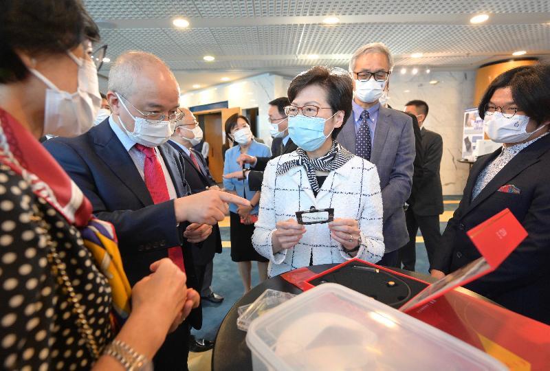 行政長官林鄭月娥今日(八月六日)到訪香港科技大學(科大)。圖示林鄭月娥(左三)在校長史維教授(右二)陪同下,聽取科大研究團隊介紹其研發的智能助聽器。