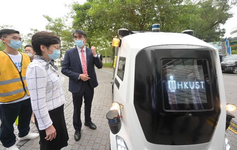 行政長官林鄭月娥今日(八月六日)到訪香港科技大學(科大)。圖示林鄭月娥(左二)觀看無人駕駛快遞物流車示範。