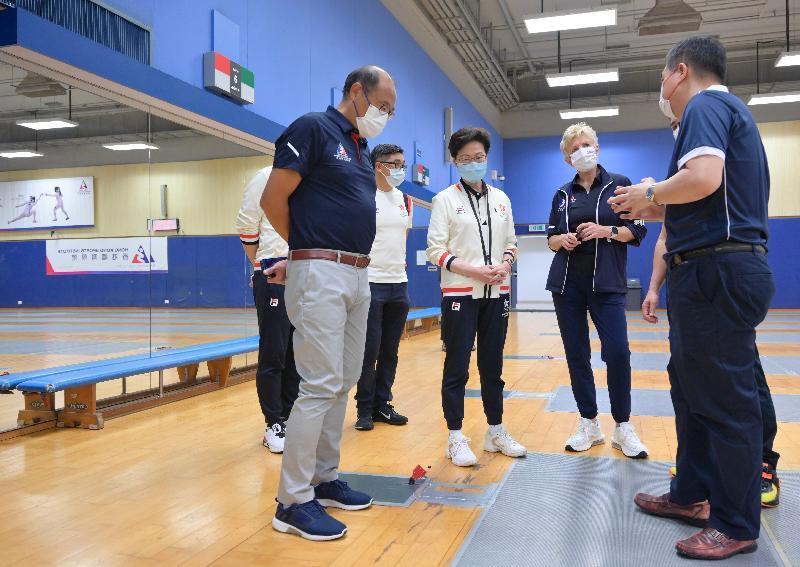 行政長官林鄭月娥今早(八月八日)到訪香港體育學院(體院)。 圖示林鄭月娥(中)視察體院的設施。