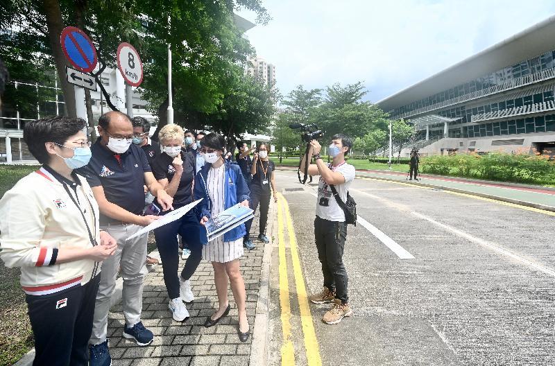 行政長官林鄭月娥今早(八月八日)到訪香港體育學院。圖示林鄭月娥(左一)視察計劃興建新設施大樓的用地。