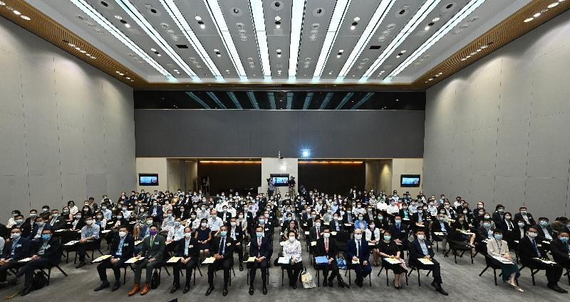 公務員事務局今日(八月九日)在政府總部舉辦第二場「認識憲制秩序、維護國家安全」系列講座,主題為「『一國兩制』與《基本法》的實踐」,由全國人民代表大會常務委員會香港特別行政區基本法委員會副主任譚惠珠(前排中),以及委員莫樹聯資深大律師(前排,右七)主講。公務員事務局局長聶德權(前排,左七)亦有出席講座。