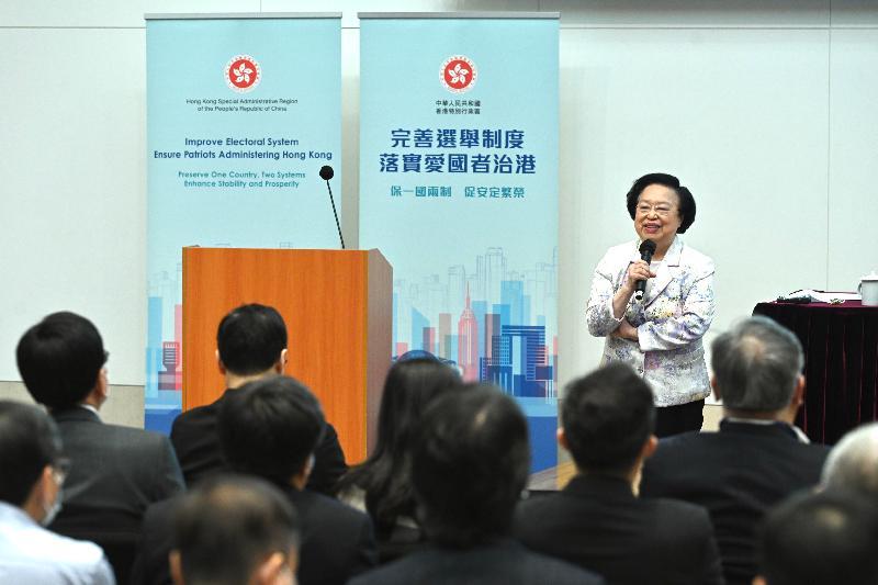 公務員事務局今日(八月九日)在政府總部舉辦第二場「認識憲制秩序、維護國家安全」系列講座,主題為「『一國兩制』與《基本法》的實踐」。圖示全國人民代表大會常務委員會香港特別行政區基本法委員會副主任譚惠珠主講。