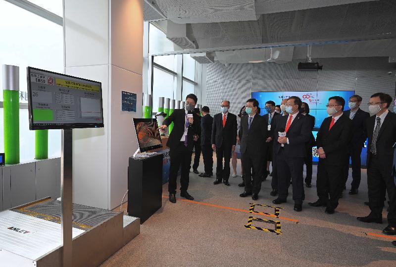 政務司司長李家超今日(八月十一日)出席機電工程營運基金25周年紀念典禮。圖示李家超(前排右四)和其他主禮嘉賓參觀「機電創科廊」。