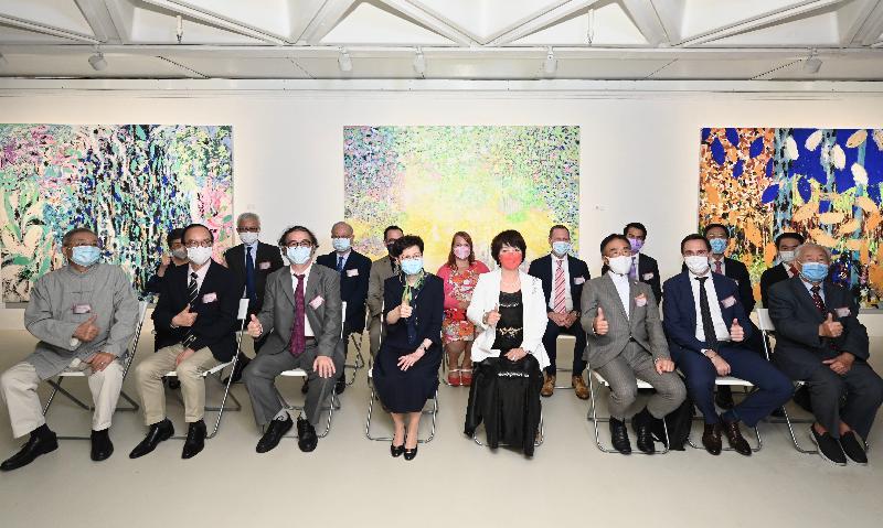 行政長官林鄭月娥今日(八月十二日)出席「光的足跡」法國藝術展開幕典禮。圖示林鄭月娥(前排左四)和一眾主禮嘉賓在開幕典禮上合照。