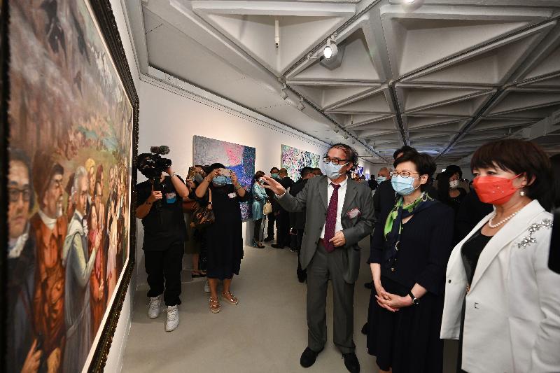 行政長官林鄭月娥今日(八月十二日)出席「光的足跡」法國藝術展開幕典禮。圖示林鄭月娥(中)參觀展品。