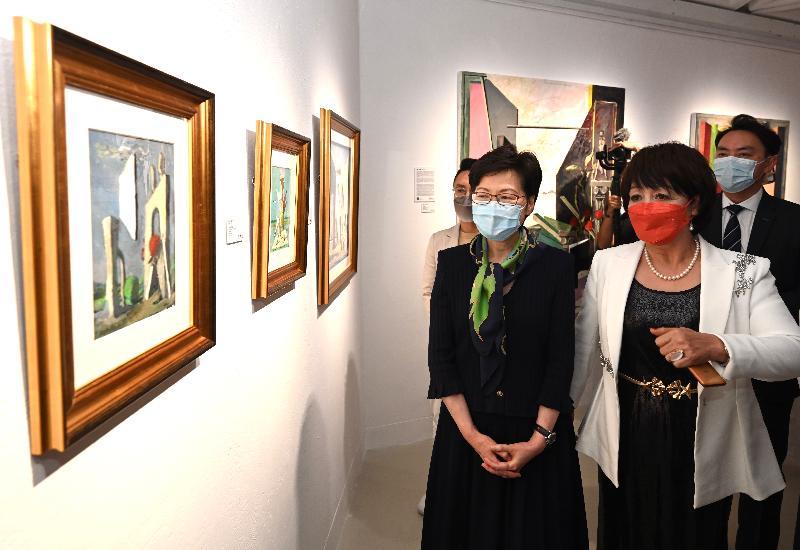 行政長官林鄭月娥今日(八月十二日)出席「光的足跡」法國藝術展開幕典禮。圖示林鄭月娥(左)參觀展品。