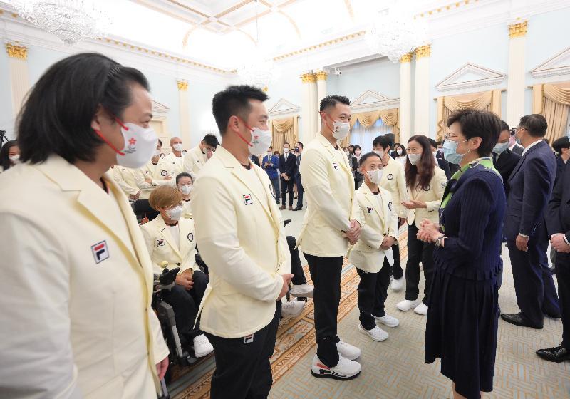 行政長官林鄭月娥今日(八月十二日)在禮賓府出席東京2020殘疾人奧運會中國香港代表團授旗典禮。圖示林鄭月娥(前排右一)在授旗典禮上與代表團成員交談。