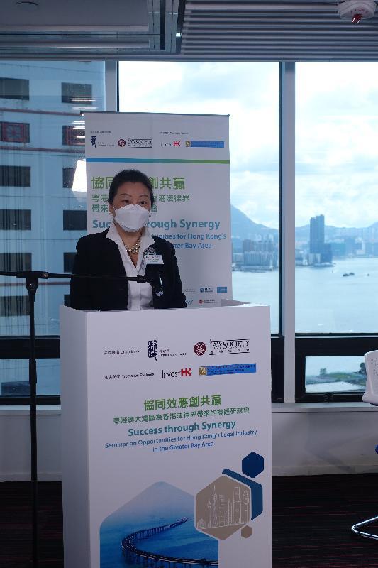 律政司司長鄭若驊資深大律師今日(八月十三日)在粵港澳大灣區為香港法律界帶來的機遇研討會「協同效應創共贏」上致辭。