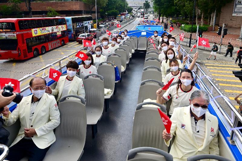 香港特別行政區政府與中國香港體育協會暨奧林匹克委員會今日(八月十九日)為東京2020奧運會中國香港代表隊安排巴士巡遊及返港歡迎儀式。圖示參與巴士巡遊的運動員及其他代表隊成員。