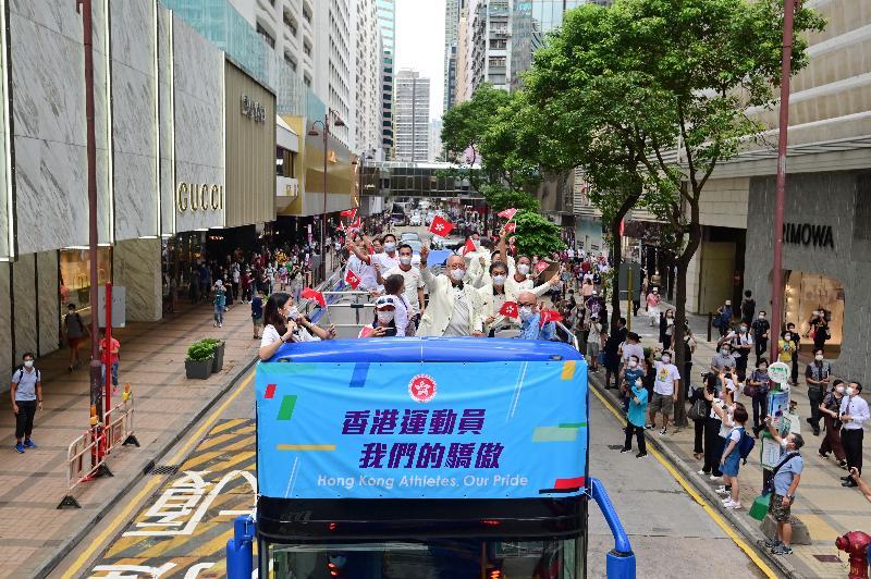 香港特別行政區政府與中國香港體育協會暨奧林匹克委員會今日(八月十九日)為東京2020奧運會中國香港代表隊安排巴士巡遊及返港歡迎儀式。圖示參與巴士巡遊的教練及其他代表隊成員向沿途支持的市民揮手。