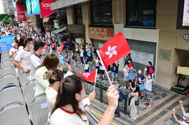 香港特別行政區政府與中國香港體育協會暨奧林匹克委員會今日(八月十九日)為東京2020奧運會中國香港代表隊安排巴士巡遊及返港歡迎儀式。圖示參與巴士巡遊的運動員向沿途支持的市民揮手。