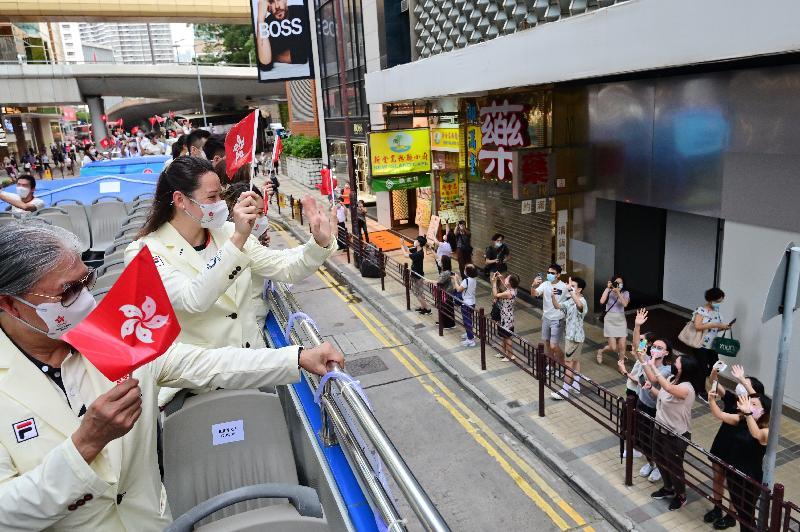 香港特別行政區政府與中國香港體育協會暨奧林匹克委員會今日(八月十九日)為東京2020奧運會中國香港代表隊安排巴士巡遊及返港歡迎儀式。圖示參與巴士巡遊的運動員及其他代表隊成員向沿途支持的市民揮手。
