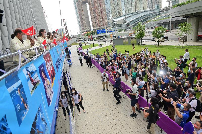 香港特別行政區政府與中國香港體育協會暨奧林匹克委員會今日(八月十九日)為東京2020奧運會中國香港代表隊安排巴士巡遊及返港歡迎儀式。圖示參與巴士巡遊的運動員及其他代表隊成員向市民揮手。