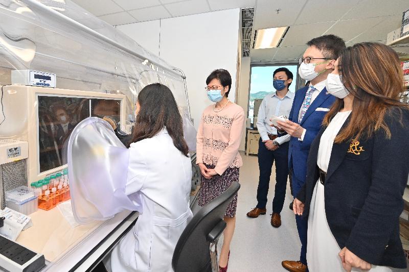 行政長官林鄭月娥今日(八月二十六日)到訪香港科學園,參觀「InnoHK創新香港研發平台」下成立的研發中心。圖示林鄭月娥(左二)在香港中文大學醫學院院長陳家亮教授(右二)的陪同下,參觀香港微生物菌群創新中心。