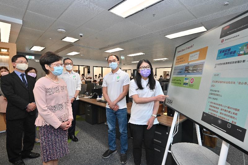 行政長官林鄭月娥今日(八月二十六日)到訪香港科學園,參觀「InnoHK創新香港研發平台」下成立的研發中心。圖示林鄭月娥(左二)在創新及科技局局長薛永恒(左一)及香港大學李嘉誠醫學院院長梁卓偉教授(左三)的陪同下,參觀醫衞大數據深析實驗室。