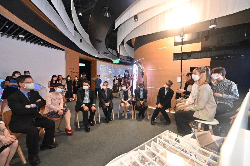 行政長官林鄭月娥今日(八月二十六日)到訪香港科學園,參觀「InnoHK創新香港研發平台」下成立的研發中心。圖示林鄭月娥(左二)在創新及科技局局長薛永恒(左一)及香港科技園公司主席查毅超博士(左三)的陪同下,參觀創科體驗館,並與香港知專設計學院的學生會面。