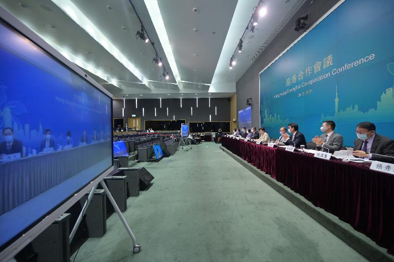 香港特別行政區行政長官林鄭月娥(右五)率領的港方代表團,與上海市市長龔正率領的滬方代表團今日(八月三十日)以網上視像形式舉行滬港合作會議第五次會議。