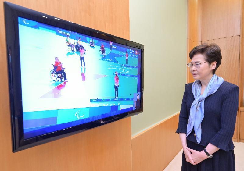 行政長官林鄭月娥今日(九月一日)透過電視直播觀賞東京2020殘疾人奧運會硬地滾球混合BC4級個人賽,為香港運動員梁育榮打氣。