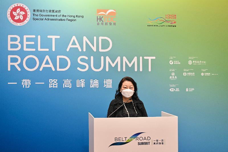 律政司司長鄭若驊資深大律師今日(九月一日)在第六屆「一帶一路高峰論壇」的專題分組論壇「在後疫情時期促進貿易和解決爭議——香港的法律和爭議解決服務」致歡迎辭。