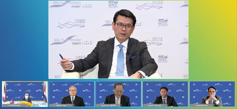 第六届「一带一路高峰论坛」今日(九月一日)开幕。商务及经济发展局局长邱腾华(上)主持了题为「促进『一带一路』多边合作」的政策对话环节。