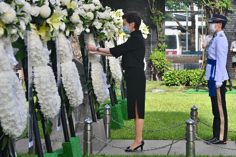 行政長官林鄭月娥今日(九月三日)上午在位於中環的香港大會堂紀念花園出席中國人民抗日戰爭勝利紀念日儀式。
