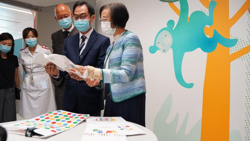 The Secretary for Food and Health, Professor Sophia Chan, visited the facilities of the partnering centre of the Hong Kong Genome Institute (HKGI) in the Hong Kong Children's Hospital (HKCH) this afternoon (September 3). Photo shows the Consultant (Clinical Genetics Service Unit) of the HKCH, Dr Luk Ho-ming (second right), giving an introduction of a designated patient interview room for the Hong Kong Genome Project to Professor Chan (first right) and the HKGI's Chairperson, Mr Philip Tsai (centre).