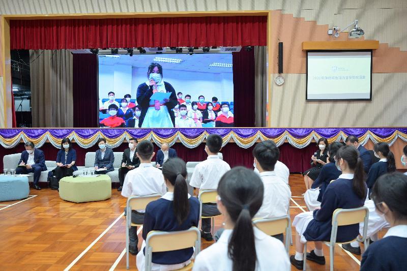行政長官林鄭月娥今日(九月三日)到訪位於青衣的保良局羅傑承(一九八三)中學。圖示林鄭月娥(左三)與學生座談,聆聽他們對新一份《施政報告》的意見和建議。