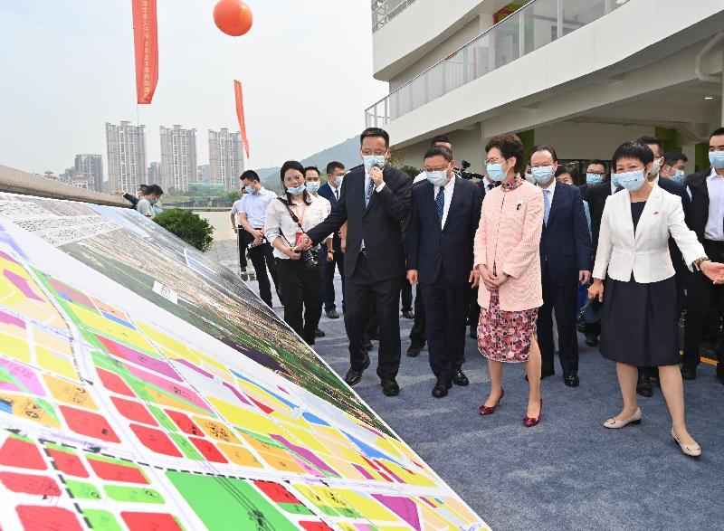 行政長官林鄭月娥今日(九月六日)下午出席深圳香港培僑書院龍華信義學校2021年開學典禮。圖示林鄭月娥(前排右二)參觀校園。