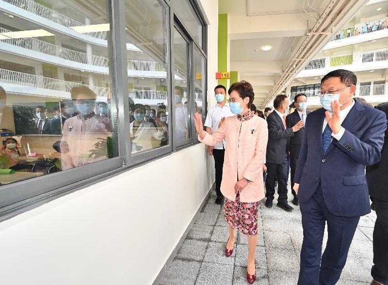 行政長官林鄭月娥今日(九月六日)下午出席深圳香港培僑書院龍華信義學校2021年開學典禮。圖示林鄭月娥(前排左一)參觀教室。