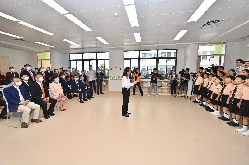 行政長官林鄭月娥今日(九月六日)下午出席深圳香港培僑書院龍華信義學校2021年開學典禮。圖示林鄭月娥(前排左三)欣賞學生合唱表演。
