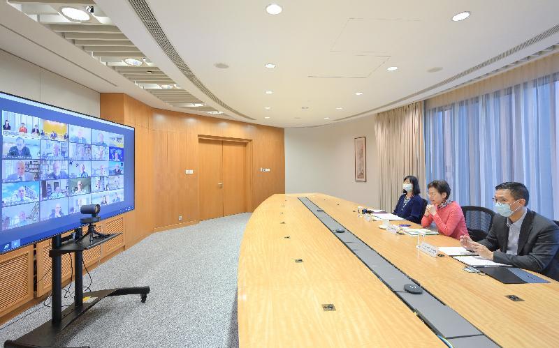 行政長官林鄭月娥(中)今日(九月九日)透過視像會議與大學教育資助委員會轄下研究小組、研究評審工作小組和評審小組共約30位本地和海外成員會面。