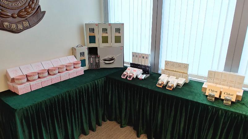 香港海關自八月三十日起展開特別執法行動,打擊網上售賣冒牌月餅的侵權活動,直至今日(九月十日)共檢獲一百一十四盒懷疑冒牌月餅及超過二千件懷疑冒牌物品,包括香水、化妝品和廚具,估計市值共約六十五萬元。圖示部分檢獲的懷疑冒牌物品,包括香水、化妝品和廚具。