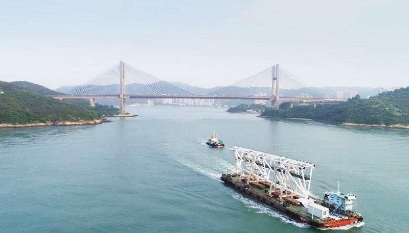啟德體育園主場館上蓋的第一段大型預製構件今日(九月十三日)早上由廣東中山經海路運抵香港。
