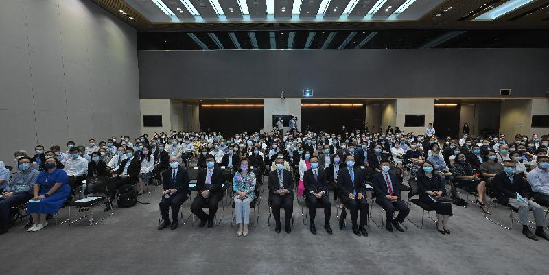 公務員事務局今日(九月十四日)舉辦專題講座,由外交部駐香港特別行政區特派員公署副特派員楊義瑞(前排左六)主講,主題為「中美關係和香港未來」。公務員事務局局長聶德權(前排右六)亦有出席。