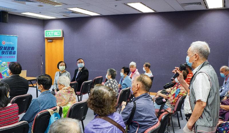 食物及衞生局局長陳肇始教授(前排右二)今日(九月十五日)到訪位於香港中央圖書館的社區疫苗接種中心,出席由中西區民政事務處、香港潮州商會和醫護誠信同行合辦的接種2019冠狀病毒病疫苗活動,並親身參與接種前的健康講座。