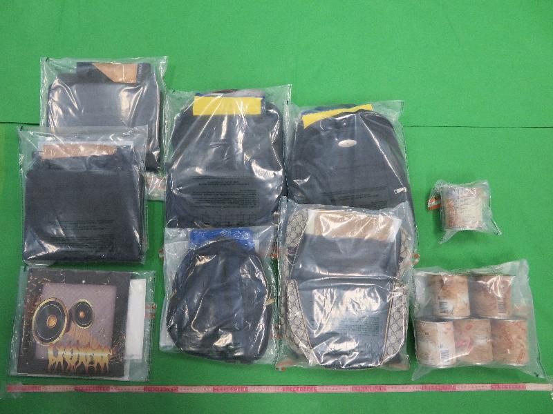香港海關九月一日至今日(九月十五日)進行一項大型反毒品行動,旨在打擊販毒集團利用包裹偷運毒品到香港。圖示部分用作收藏懷疑毒品的物品,包括背包和唱片封套。