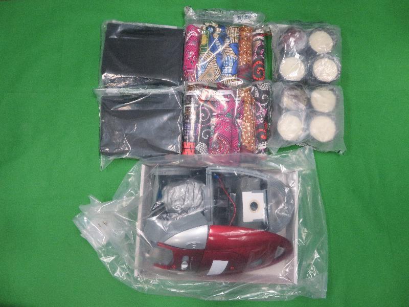 香港海關九月一日至今日(九月十五日)進行一項大型反毒品行動,旨在打擊販毒集團利用包裹偷運毒品到香港。圖示部分用作收藏懷疑毒品的物品,包括蠟燭和吸塵機。