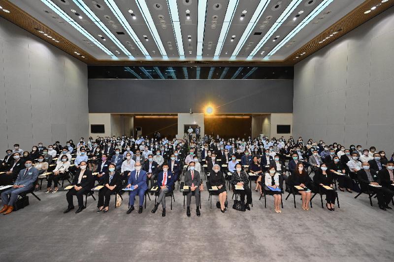 公務員事務局今日(九月十六日)在政府總部舉辦第三場「認識憲制秩序、維護國家安全」系列講座,主題為「國家安全、《香港國安法》與完善選舉制度」,由前律政司司長、原全國人民代表大會常務委員會香港特別行政區基本法委員會副主任梁愛詩主講(第一排中)。公務員事務局局長聶德權(第一排左六)和全國人民代表大會常務委員會香港特別行政區基本法委員會副主任譚惠珠(第一排右六)亦有出席。