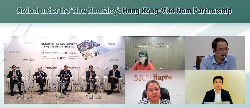 商務及經濟發展局今日(九月二十日)聯同越南工業與貿易部合辦「香港—越南:『新常態』下邁向復蘇」網上研討會,探討兩地在貿易、投資、專業服務、和創新科技等領域的合作機遇。圖示商務及經濟發展局局長邱騰華(左五)聯同「一帶一路」專員葉成輝博士(左一)及參與專題討論環節的兩地嘉賓回應參加者的提問。