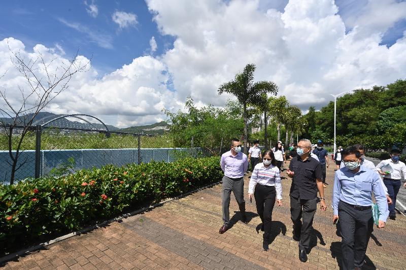 食物及衞生局副局長徐德義醫生(前排右二)今日(九月二十一日)到將軍澳南海濱長廊了解各部門在滅蚊工作方面的協作。旁為食物環境衞生署副署長黃淑嫻(前排左二)。