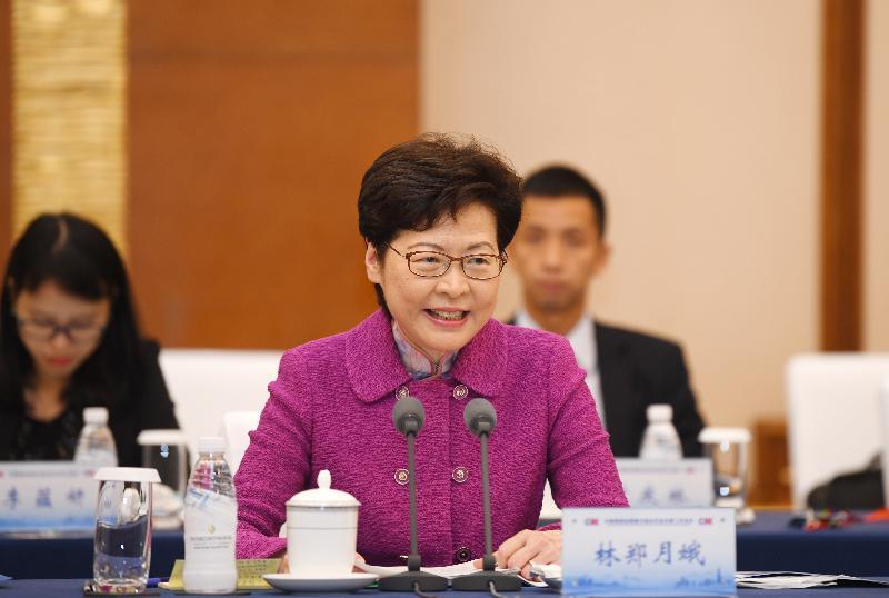 行政長官林鄭月娥今日(九月二十三日)率領香港特別行政區政府代表團在成都出席川港高層會晤暨川港合作會議第二次會議。圖示林鄭月娥在會議作開場發言。
